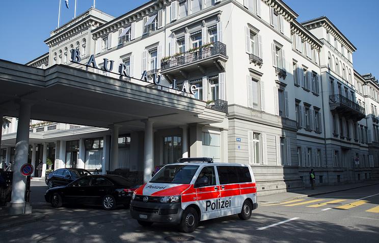 Автомобиль сотрудников полиции около отеля Baur au Lac, где произошел арест чиновников ФИФА