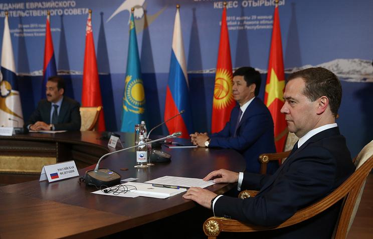 Премьер-министр Казахстана Карим Масимов, премьер-министр Киргизии Тамир Сариев и премьер-министр РФ Дмитрий Медведев во время встречи глав делегаций Евразийского межправительственного совета с премьер-министром Вьетнама Нгуен Тан Зунгом