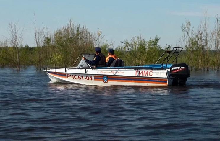 Сотрудники МЧС во время поисковой операции на слиянии рек Иртыш и Обь