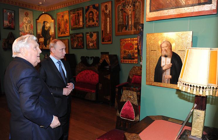Художник Илья Глазунов и президент РФ Владимир Путин во время посещения Музея сословий России