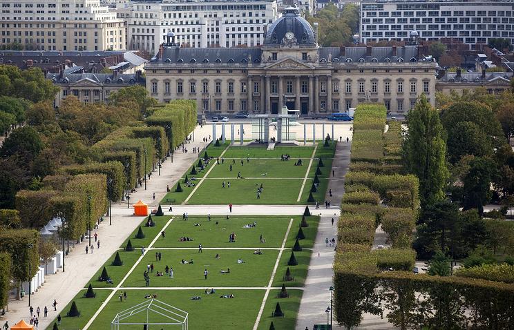 Вид на Военную школу Парижа, расположенную возле Марсова поля