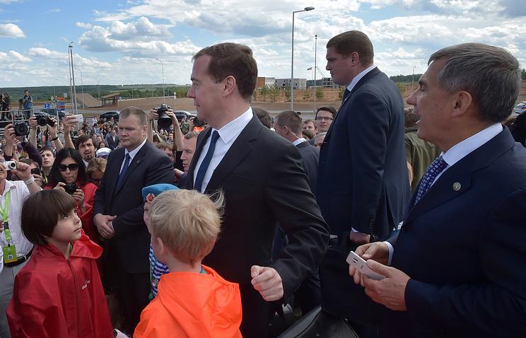 Премьер-министр РФ Дмитрий Медведев (в центре) и врио президента Республики Татарстан Рустам Минниханов (справа) на церемонии открытия памятного знака в честь трехлетия основания Иннополиса