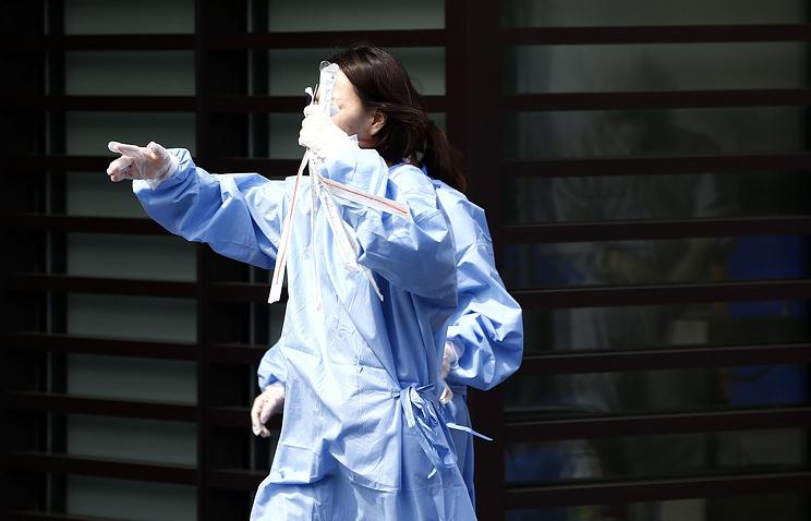 Медик в отделении интенсивной терапии сеульской больницы Samsung