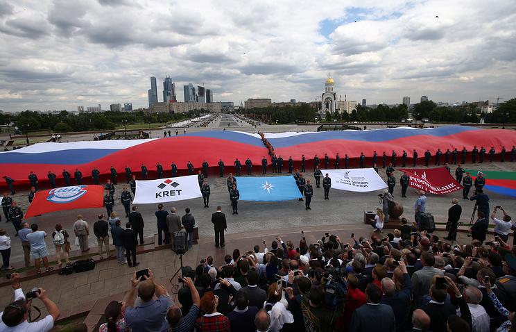 На торжественной церемонии развертывания самого большого флага России на территории мемориального комплекса на Поклонной горе