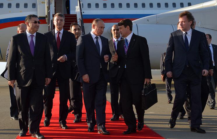 Президент РФ Владимир Путин и помощник президента РФ Игорь Левитин во время церемонии встречи в аэропорту Баку