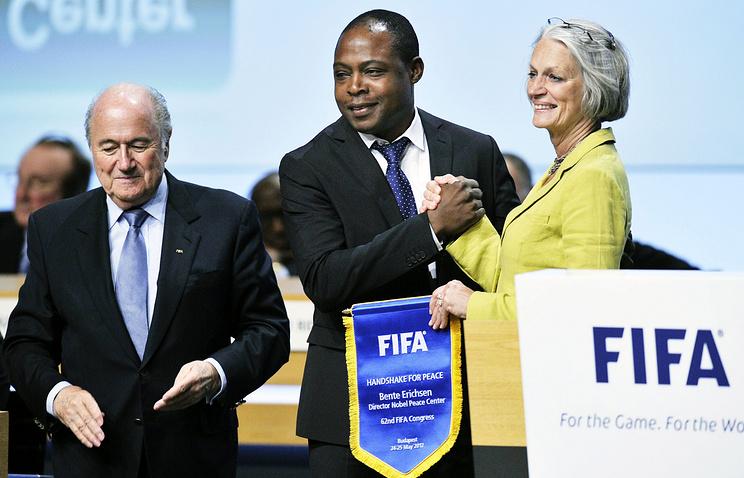 """Президент ФИФА Йозеф Блаттер (слева) во время старта программы """"Рукопожатие ради мира"""", 2012 год"""
