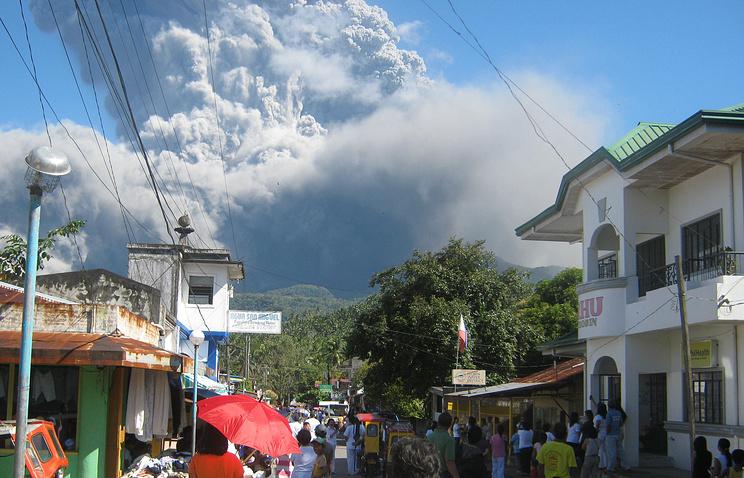 Столб пепла из вулкана Булусан