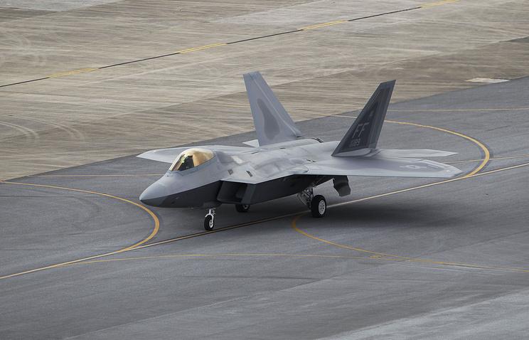 Самолет F-22 американских ВВС