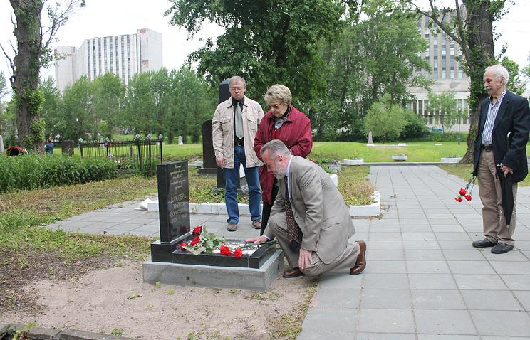 Цветы к памятному знаку Моисею Ваксеру возлагает директор СПб РИЦ ТАСС Александр Потехин.