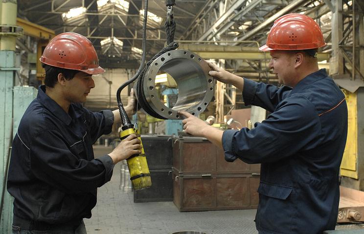 Сотрудники на территории Коломенского завода