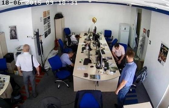 Скриншот с камер видеонаблюдния во время обысков
