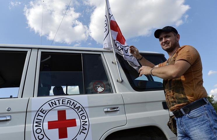 Автомобиль МККК, сопровождающий колонну с гуманитарной помощью для жителей Донбасса