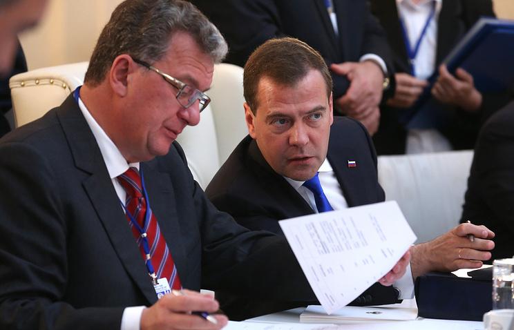 Руководитель аппарата правительства РФ Сергей Приходько и премьер-министр РФ Дмитрий Медведев