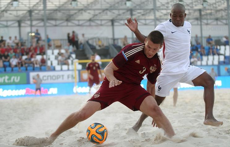 Эпизод из матча между сборными России и Франции по пляжному футболу