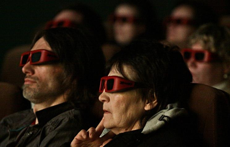 Зрители во время просмотра фильма в 3D-кинотеатре