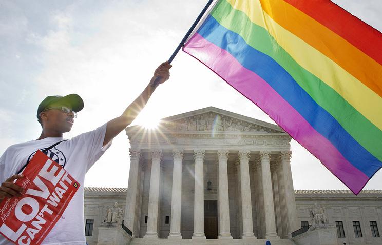 Активист ЛГБТ перед зданием Верховного суда США в Вашингтоне 26 июня 2015 года