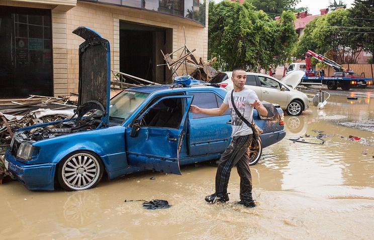 Последствия наводнения на одной из улиц города в Адлерском районе