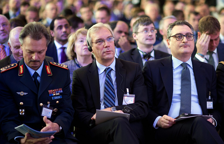 Александр Грушко (в центре)