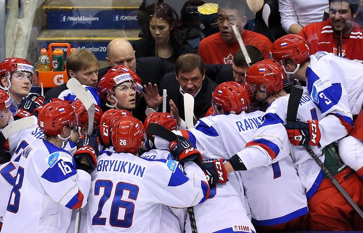 Главный тренер молодежной сборной России по хоккею Валерий Брагин (в центре)
