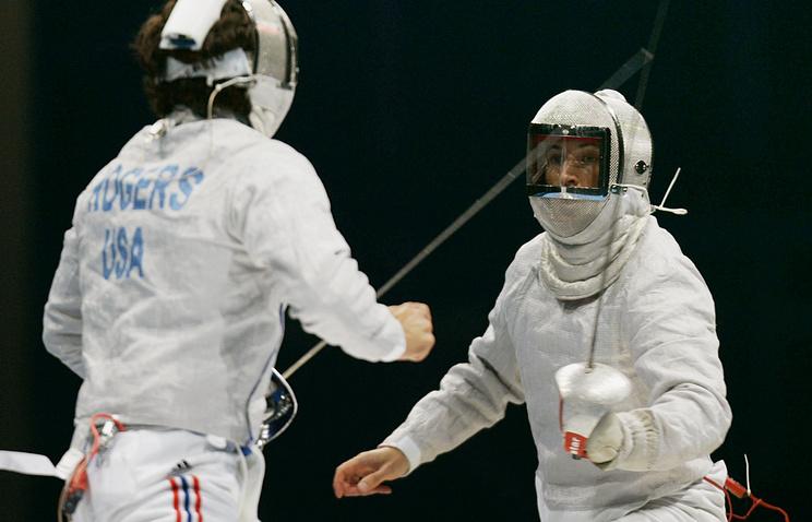 Спортсмены команд США Роджерс Джэйсон  и России Сергей Шариков во время поединка  на Олимпиаде 2004 года