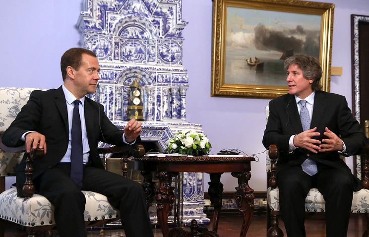 Премьер-министр России Дмитрий Медведев и председатель Сената, вице-президент Аргентины Амадо Буду