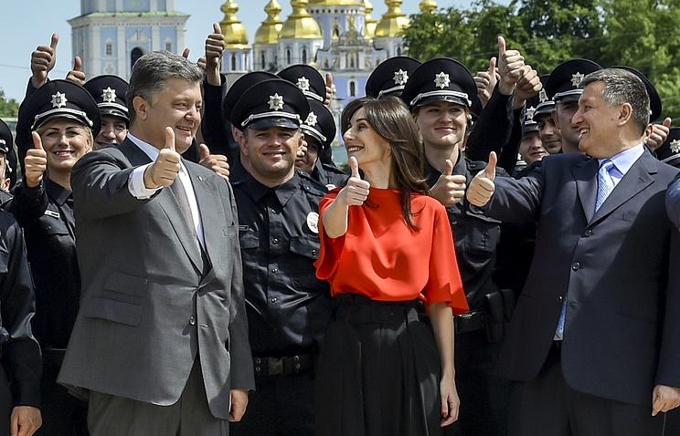 Президент Украины Петр Порошенко, первый заместитель министра внутренних дел Украины Эка Згуладзе и министр внутренних дел Украины Арсен Аваков (слева направо на первом плане)