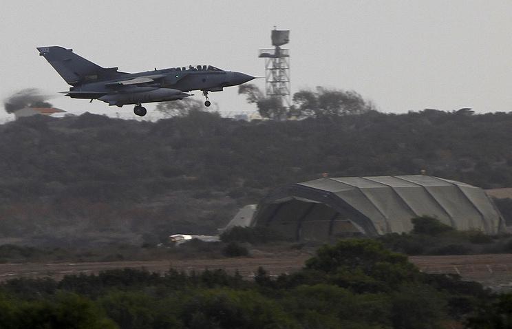 Истребитель-бомбардировщик Panavia Tornado заходит на посадку в Акротири