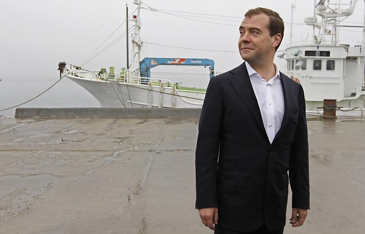 Премьер-министр РФ Дмитрий Медведев во время посещения причального комплекса в бухте Южно-Курильская, Курильские острова, 2012 год