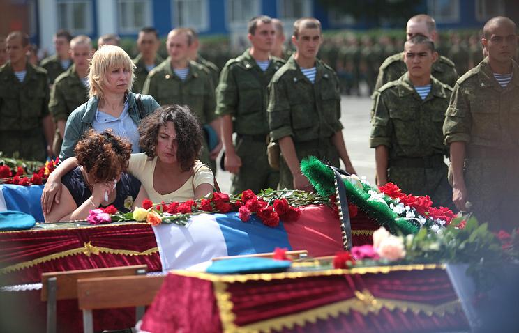 Во время церемонии прощания с десантниками, погибшими при обрушении казармы в Омске