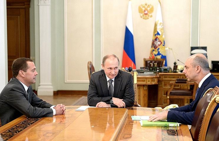 Премьер-министр РФ Дмитрий Медведев, президент РФ Владимир Путин и министр финансов РФ Антон Силуанов