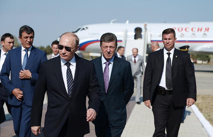 Президент РФ Владимир Путин, губернатор Севастополя Сергей Меняйло (слева) и вице-премьер РФ Дмитрий Козак (второй справа) во время встречи на аэродроме Бельбек в Крыму, август 2014 года