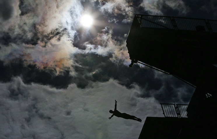 Казань. Спортсмен во время тренировки перед финалом соревнований по прыжкам в воду с вышки 27 м на XVI чемпионате мира по водным видам спорта