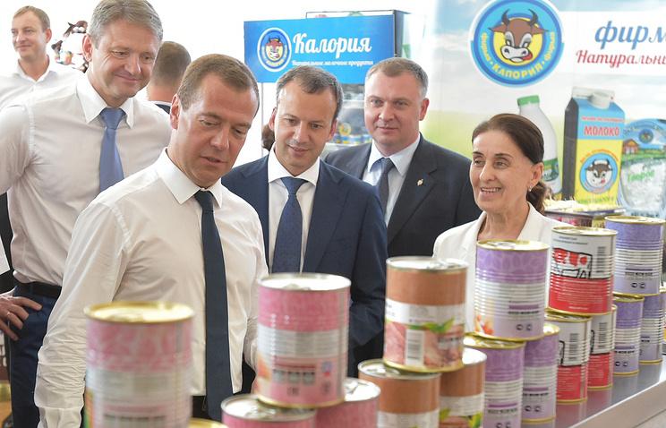 Премьер-министр РФ Дмитрий Медведев, вице-премьер РФ Аркадий Дворкович и министр сельского хозяйства РФ Александр Ткачев (слева на втором плане)