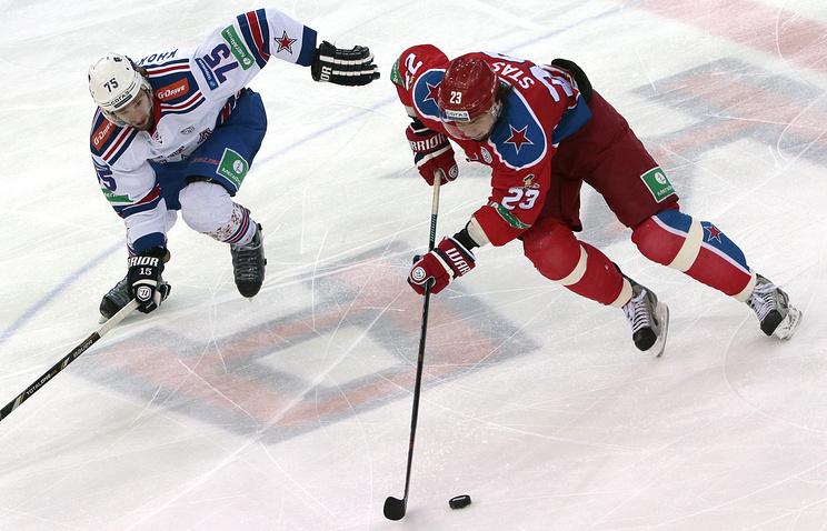 Белорусский хоккеист ЦСКА Андрей Стась (справа) во время матча чемпионата КХЛ против СКА