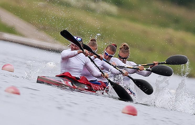 Спортсменки Юлиана Салахова, Елена Анюшина, Кира Степанова и Светлана Черниговская на дистанции 500 метров
