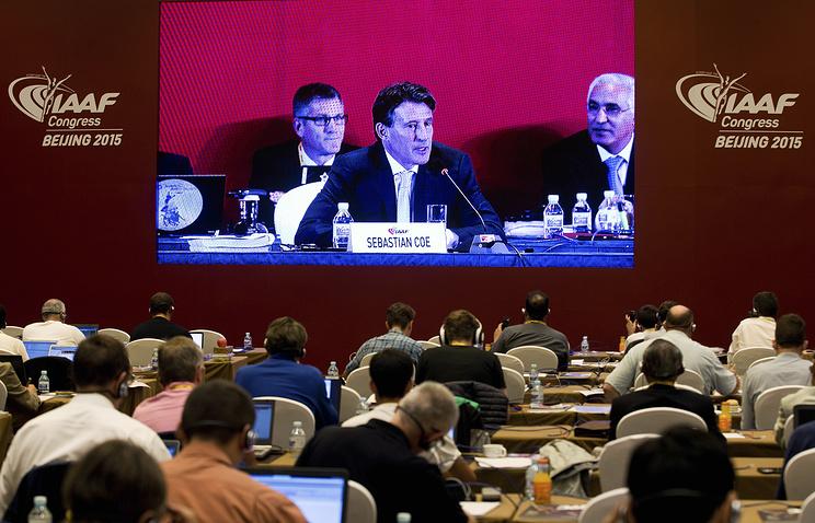 Новоизбранный президент Международной ассоциации легкоатлетических федераций Себастьян Коэ (на экране) во время-пресс конференции