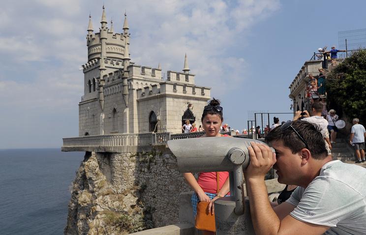 Туристы  у Ласточкиного гнезда, Крым