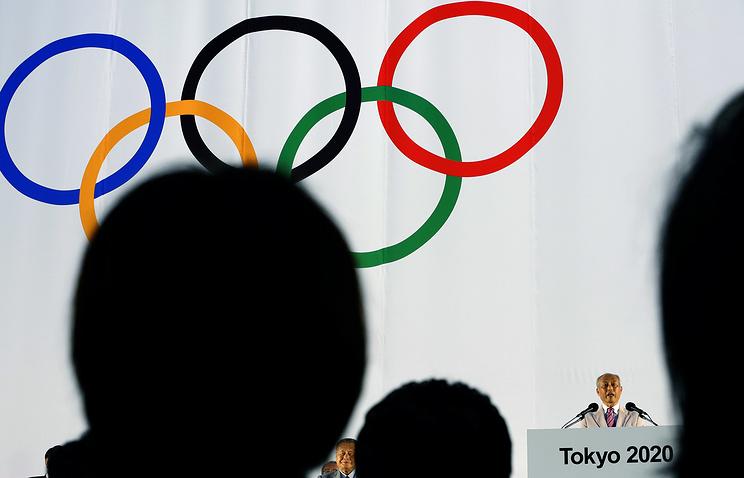Губернатор Токио Еити Масудзоэ (справа)