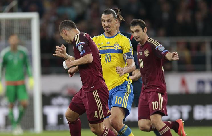 Капитан сборной Швеции Златан Ибрагимович (в центре) во время матча против команды России