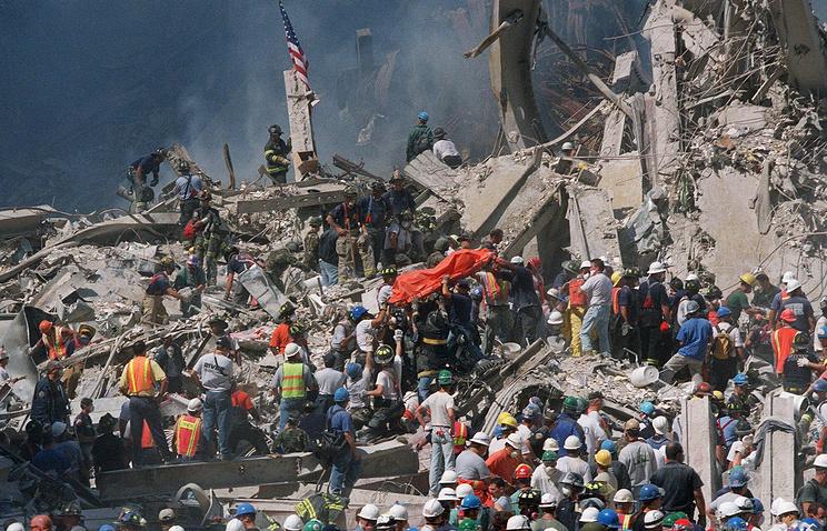 Спасатели извлекают из-под завалов тела погибших. Нью-Йорк. 11 сентября 2001 года