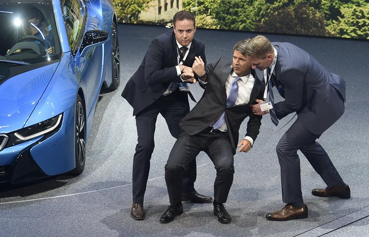 Глава BMW Харальд Крюгер (в центре)
