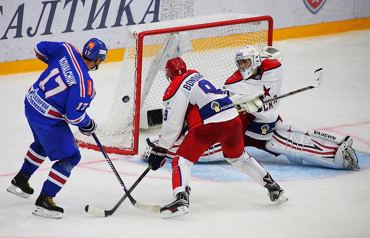 Форвард СКА Илья Ковальчук (слева) во время матча Кубка Открытия против ЦСКА