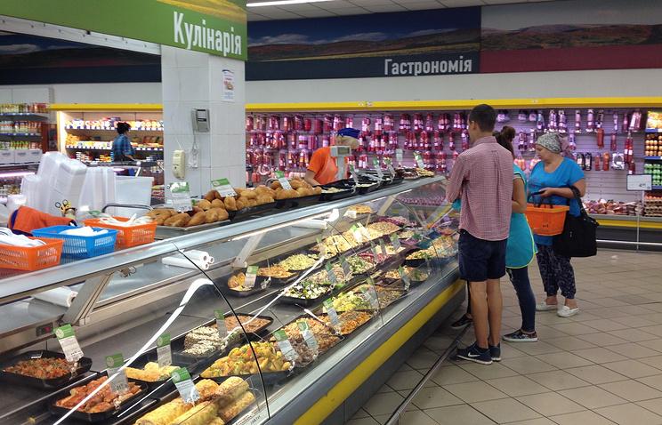 Покупатели в одном из продуктовых магазинов Симферополя