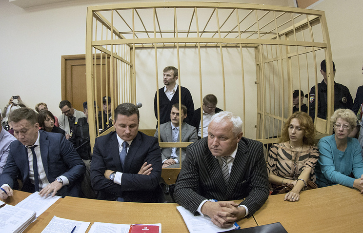 Евгений Урлашов (стоит в центре на втором плане)