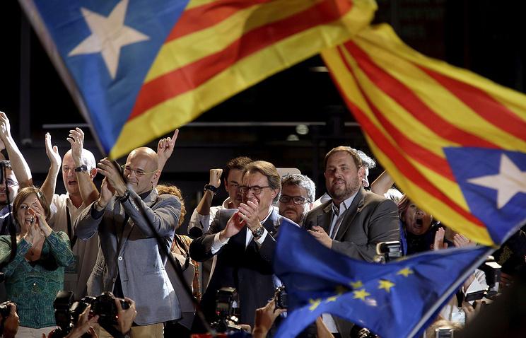 Лидер коалиции за независимость Каталонии Артур Мас (в центре)