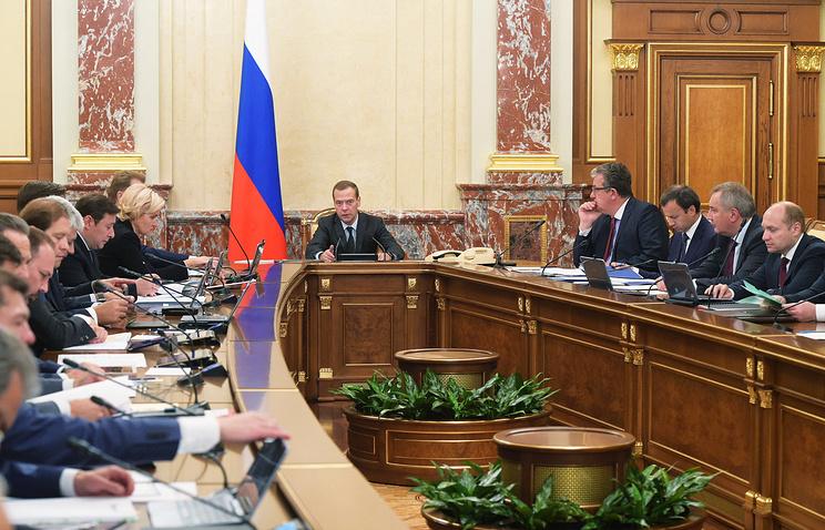 Премьер-министр РФ Дмитрий Медведев (в центре) на заседании правительства РФ