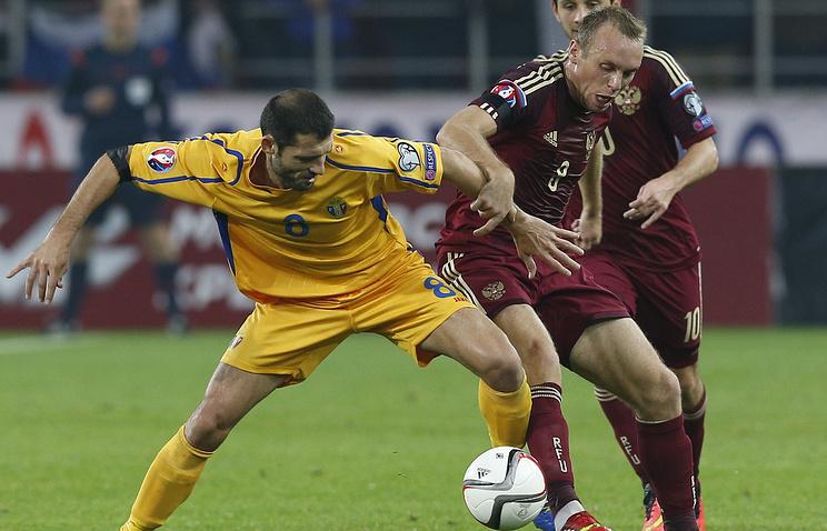 Денис Глушаков (справа) во время матча между сборными России и Молдавии