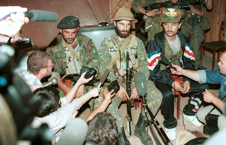 Руководитель террористов Шамиль Басаев (в центре) дает пресс-конференцию в буденновской больнице, 1995 год