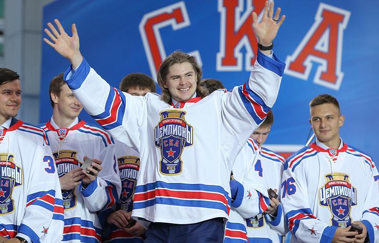 Игрок хоккейного клуба СКА Виктор Тихонов (на первом плане) во время празднования победы команды в чемпионате КХЛ