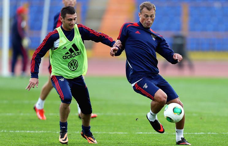 Игроки сборной России по футболу Алан Дзагоев и Василий Березуцкий